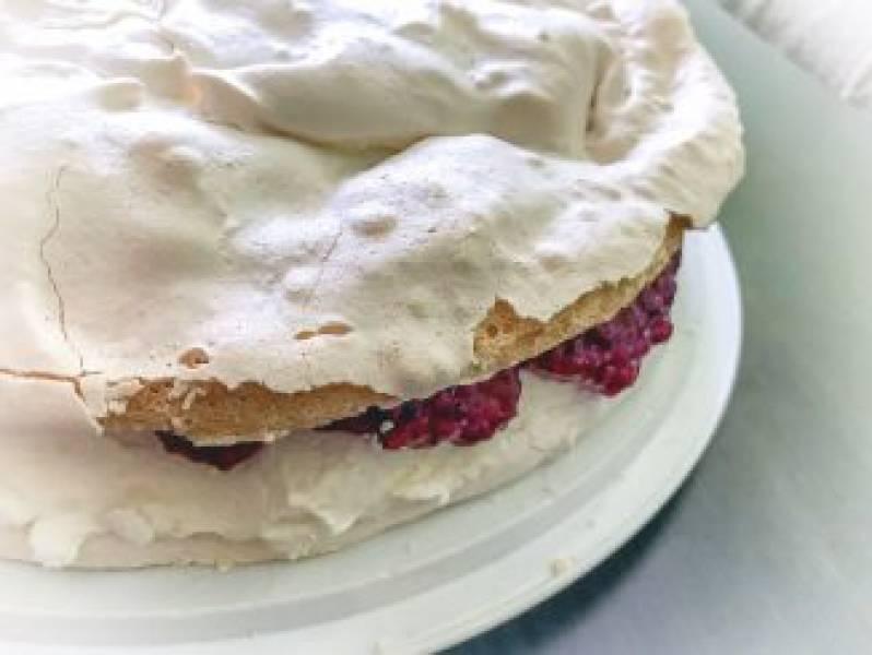 Tort bezowy z musem malinowym