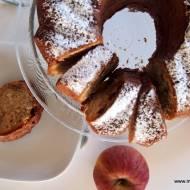 Babka z kakao, jabłkami, płatkami migdałowymi i rodzynkami