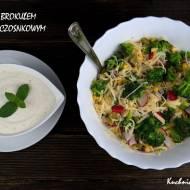 Sałatka z brokułem i sosem czosnkowym