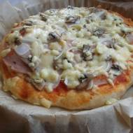 Domowa pizza na średnim cieście