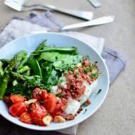 Dorsz z chrupiącą szynką parmeńską, cukrowy groszek, szparagi i pomidorki koktajlowe z czosnkiem
