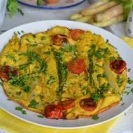 Omlet ze szparagami i aromatyczną szynką
