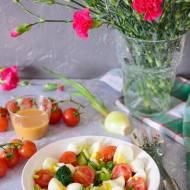 Sałatka z brokułem, mozzarellą i musztardowo-miodowym dressingiem