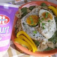 makaron z pełnego ziarna z jajkami sadzonymi z sosem szpinakowym na jogurcie...