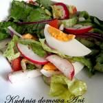 Zielona sałata z warzywami i jajkiem