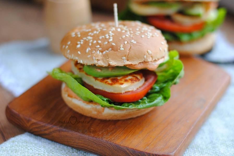 Wegetariańskie burgery z halloumi i awokado