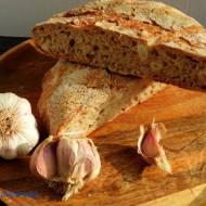 Chleb pszenny na zakwasie pszennym na mące jasnej z czosnkiem kiszonym