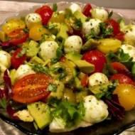 Sałatka z mozzarellą, awokado i pomidorkami