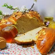 Warkocz na zakwasie z makiem i płatkami migdałowymi - ciasto drożdżowe bez drożdży, na zakwasie