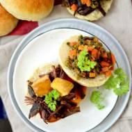 Pulled beef czyli pieczona łata wołowa w domowej bułce z jabłkami szara reneta w maśle orzechowym oraz marchewką i porem