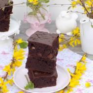 Czekoladowe ciasto z rodzynkami i kawałkami czekolady.