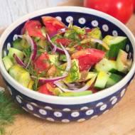 Sałatka z awokado, pomidorów i ogórka z sosem miodowym