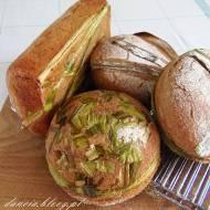 Żytni chleb na liściach tataraku