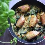 Roladki z indyka z serem i suszonym pomidorem w sosie śmietanowym ze szpinakiem, oliwkami, kurkumą i pomidorami