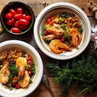 Marchewkowy makaron z czarną quinoą i krewetkami