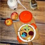 Pieczony deser – banany, jabłka i syrop z karobu pod kruszonką
