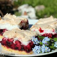 Kruche ciasto z rabarbarem i jagodami pod bezą