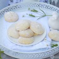 Piaskowe ciasteczka obtaczane w cukrze pudrze.