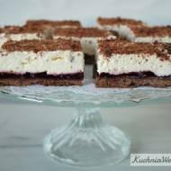 Kruche ciasto czekoladowe z konfiturą i bitą śmietaną