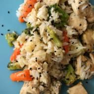 Kurczak smażony z warzywami i ryżem