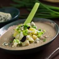 Zupa krem z białych warzyw korzennych z czarnym czosnkiem z dodatkiem ziemniaków, zielonego sera pleśniowego i cebuli dymki