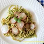Spaghetti z pesto z liści rzodkiewki i rukoli