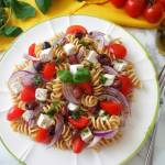 Makaronowa sałatka z fetą, pomidorkami i oliwkami (Pasta fredda con feta, pomodorini e olive)