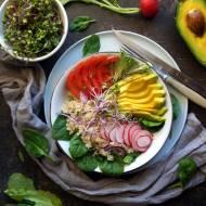 Buddha bowl: miska rozmaitości z quinoa i awokado