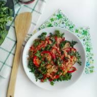 Jajecznica z karmelizowanymi warzywami i kaszą kuskus