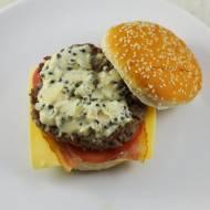 Klasyczny burger z sosem z zielonego pieprzu