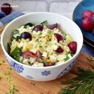 Sałatka makaronowa z serkiem wiejskim i winogronami