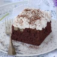 Ciasto czekoladowe z bananami i bitą śmietaną.