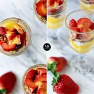 Deser ze Skyrem, mango, truskawkami i granolą
