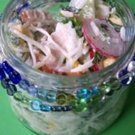 Sałatka ryżowa z kurczakiem wędzonym, selerem i rzodkiewką