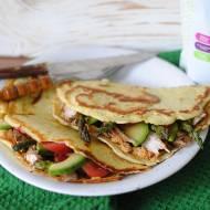 Naleśniki kokosowe z grillowanym indykiem i warzywami