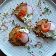 Pieczone placki ziemniaczane z chrzanowo – ziołowym twarożkiem i łososiem