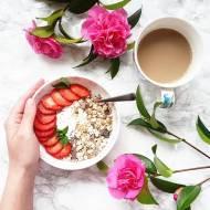 ZDROWE ŚNIADANIE - jogurt kokosowy z musli i truskawkami.