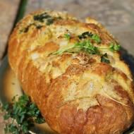 Chlebek zapiekany z masłem czosnkowym i serem, idealny do dań z grilla