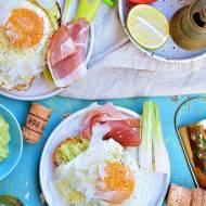 Grzanka z pastą z awokado, jajkiem sadzonym i parmezanem