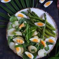 Prosta sałatka ze szparagami i jajkiem