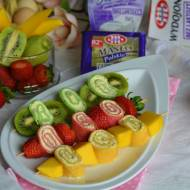 Kolorowe naleśnikowe szaszłyki z owocami