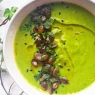 Kremowa zupa ze szparagów i zielonego groszku .