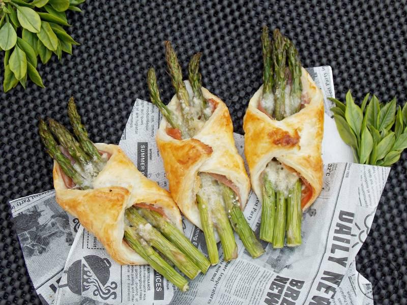 Bukiet szparagów z prosciutto i parmezanem w cieście francuskim