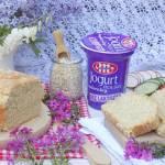 Maślany chleb na jogurcie naturalnym z płatkami owsianymi.