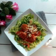 Spaghetti z cukinii i z klopsikami w sosie pomidorowym