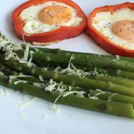 Szparagi z jajkiem w papryce