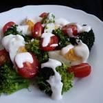 Szybka sałatka z brokułem, jajkiem i pomidorem