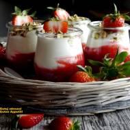 Rabarbarowy deser jogurtowy