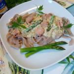 Domowy makaron tagiatelle w sosie śmietanowym z tuńczykiem i szparagami