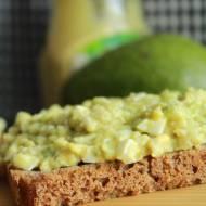kanapka z pastą z awokado jajkiem i musztardą